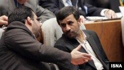 محمود احمدی نژاد، رییس جمهوری ایران همراه با سید شمس الدین حسینی، وزیر اقتصاد و دارایی. (عکس: ایسنا)