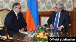 Президент Армении Серж Саргсян принимает новоназначенного руководителя ереванского офиса ОБСЕ, посла Арго Авакова (слева), Ереван, 14 апреля 2016 г..