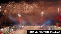 Evenimentul a avut loc noaptea și a fost difuzat abia joi. La paradă au fost văzute artificii deasupra pieței Kim Il Sung.