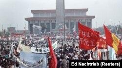 Sute de mii de protestatari se adună în piața Tiananmen în cea mai mare revoltă a populației civile din 1960 și până atunci. Fotografie realizată la data de 17 mai 1989.