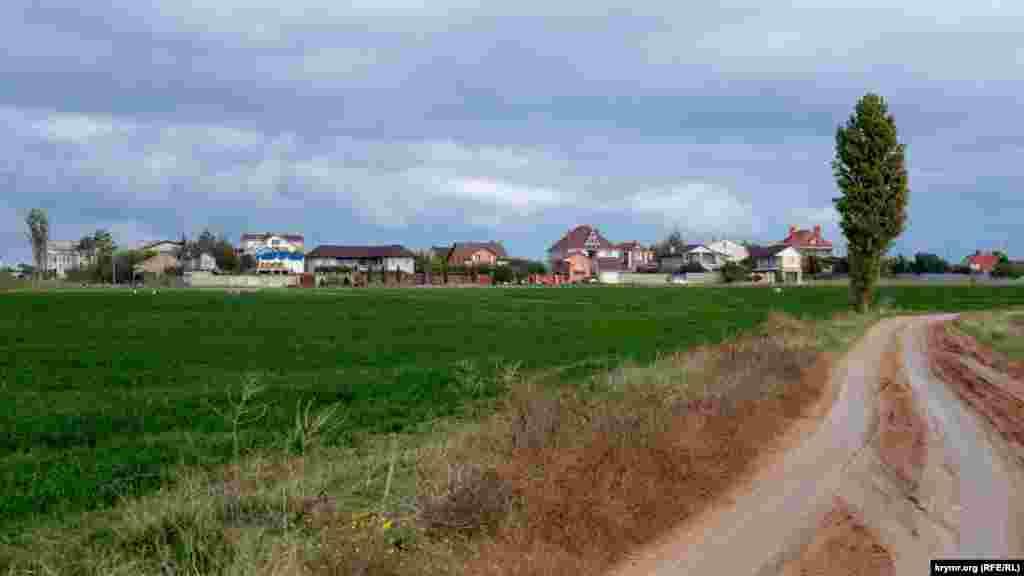 Коттеджи и гостевые домики на обращенной к морю околице села появились в течение нескольких последних лет