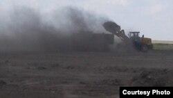 Пыление от работы техники на месте строительства хвостохранилища возле поселка Аксу в Акмолинской области