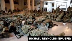 Pripadnici Nacionalne garde spavaju na podu Kongresa prije samog okupljanja zastupnika