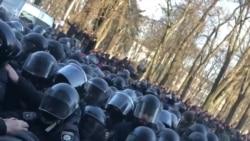 Бійки під Радою: сльозогінний газ та знесені намети – відео