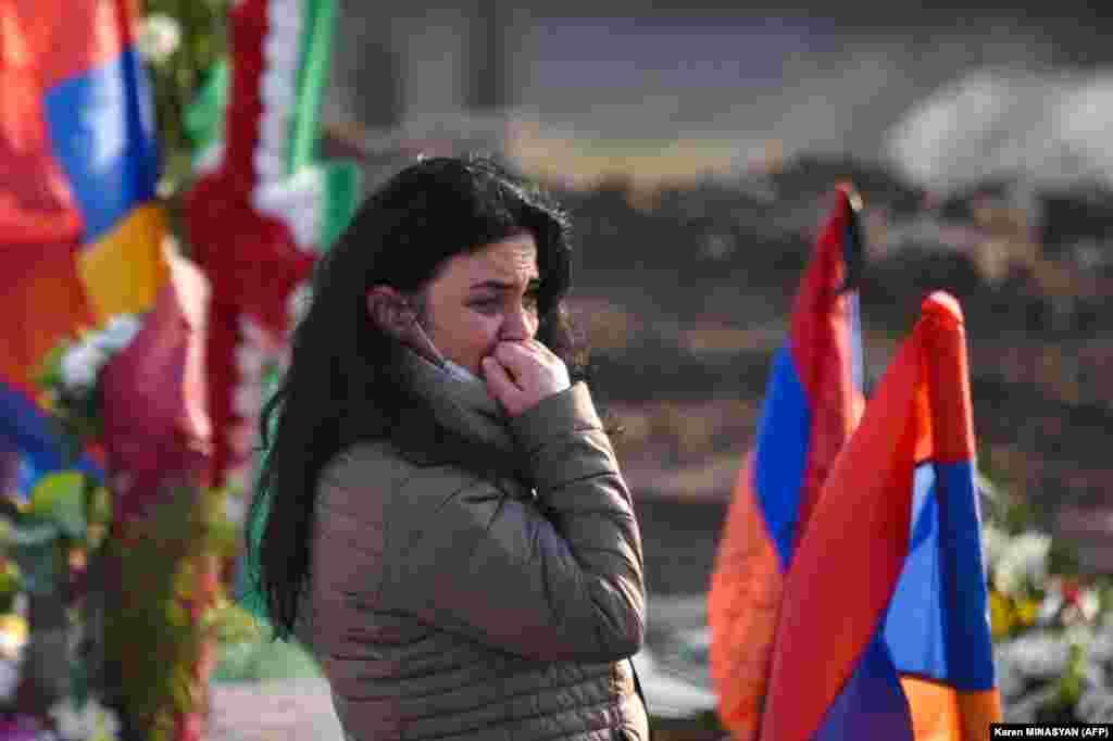 Жени жалат за некој близок на гробиштата Јераблур на 19 декември.