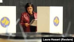 Një votuese në Prishtinë në zgjedhjet e mbajtura më 2019. Fotografi nga arkivi.