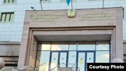 У входа в здание министерства здравоохранения Казахстана в Нур-Султане