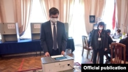 Бишкек шаарынын мэри Азиз Суракматов добуш берүүдө. 4-октябрь, 2020-жыл.