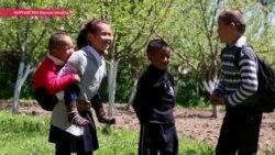 О чем молится ученица, которую мама носит на руках в школу