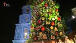 В Киеве зажглась новогодняя елка с конфетами (видео)