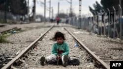 Дитина з родини біженців грається на колії поблизу кордону Греції та Македонії