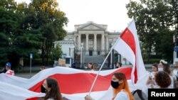 Акцыя салідарнасьці зь Беларусьсю ў Варшаве. 14 жніўня 2020 году.