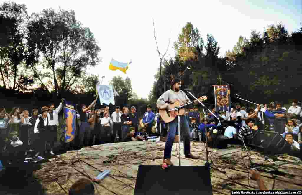 Бард Андрій Панчишин на одному із майданчиків авторської пісні неподалік від стадіону в Чернівцях, де проходив перший фестиваль «Червона рута»