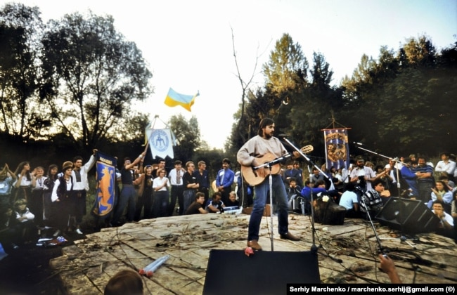 Український бард Андрій Панчишин на одному із майданчиків авторської пісні неподалік від стадіону в Чернівцях, де проходив фестиваль «Червона рута»