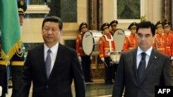 Türkmenistanyň prezidenti G.Berdymuhamedow (s) we Hytaýyň prezidenti K.Jinping (ç), Aşgabat, 2013.