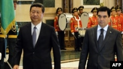 Turkmen President Gurbanguly Berdymukhammedov (right) and his Chinese counterpart, Xi Jinping, review a guard of honor before holding talks in Ashgabat on September 3.