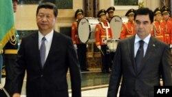Президента Китая Си Цзиньпина (слева) принимает в Ашгабате президент Туркменистана Гурбангулы Бердымухамедов. 3 сентября 2013 года.