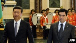 Chinese President Xi Jinping (left) and his Turkmen counterpart Gurbanguly Berdymukhammedov during talks in Ashgabat on September 3.