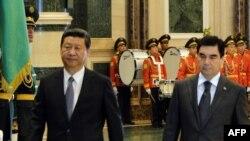 Prezident Gurbanguly Berdimuhamedow (S) hytaýly kärdeşi Si Jinping Aşgabatda hormat garawulynyň öňünden geçýär. 3-nji sentýabr, 2013.