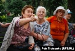 Пожилые женщины в центре Алматы, где ожидался незаконный митинг. 10 июня 2019 года.