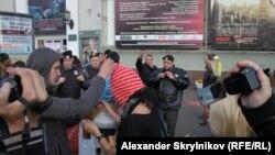 """Москва, задержания сторонников Pussy Riot, протестовавших против приговора возле кинотеатра """"Художественный"""", 1 сентября 2012"""