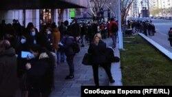 Част от опашката за гласване, извила се пред българското посолство в Берлин