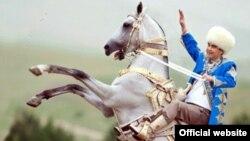 Ахалтеке жылқысын секіртіп тұрған Түркіменстан президенті Гурбангулы Бердімұхаммедов.