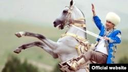 Президент Туркменистан Гурбангулы Бердымухамедов на коне.