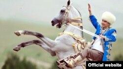 Президент Туркменистана Гурбангулы Бердымухамедов верхом на ахалтекинском скакуне.