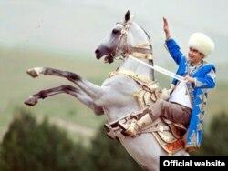 Түркіменстан президенті Гурбангулы Бердімұхаммедов ақалтеке атына мініп тұр.