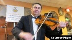 عازف الكمان طاهر بركات في حفل لأبناء الجالية العراقية بولاية ميشيغان
