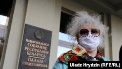 Вольга Мікалайчык на прыступках Дому ўрада, 14 траўня