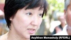 «БТА банк» ісі бойынша қоғамдық қорғаушы Хакима Махатова. Алматы қалалық сотының алды. Алматы, 6 тамыз 2012 жыл.