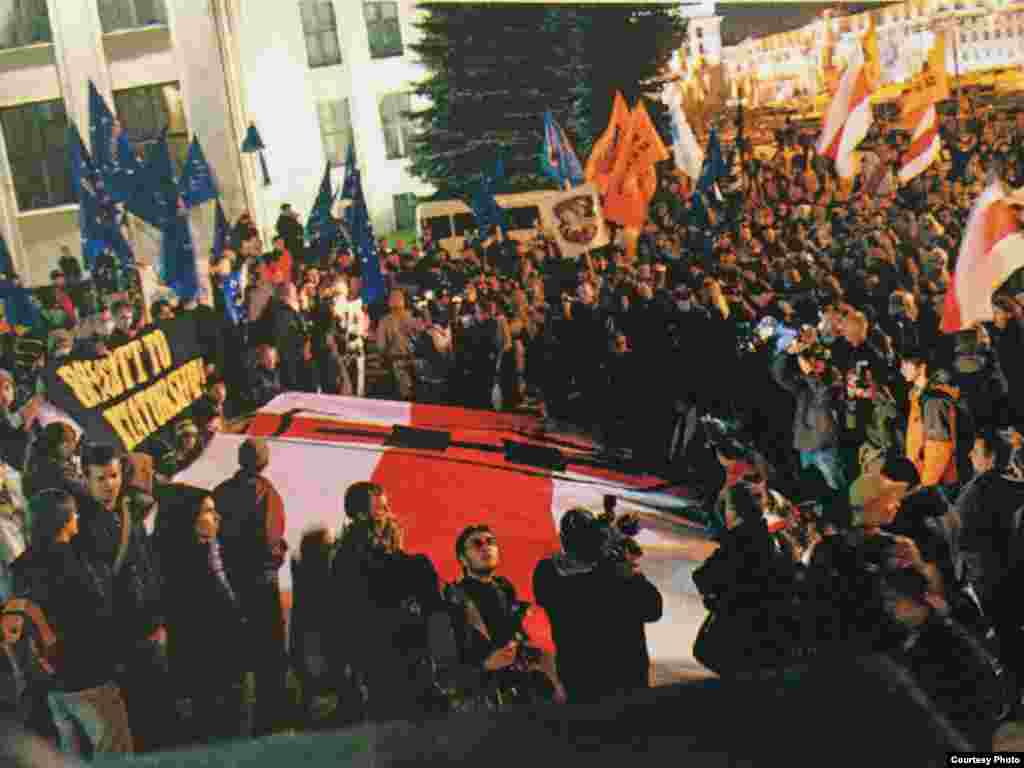 Сьцяг «Маладога Фронту» перад Домам ураду падчас акцыі «Байкот-2008»