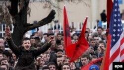 Гирдиҳамоии албанитаборони ҷонибдори истиқлолияти Косово дар шаҳри Пристина - пойтахти Косово