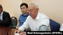 Есіл ауданды №2 сотында қан қысымын тексеріп отырған Сейітқазы Матаев. Астана, 3 тамыз 2016 жыл.