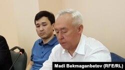 Сейтказы Матаев, председатель Союза журналистов Казахстана (справа), и его сын Асет Матаев, руководитель агентства КазТАГ, в суде Астаны. 3 августа 2016 года.