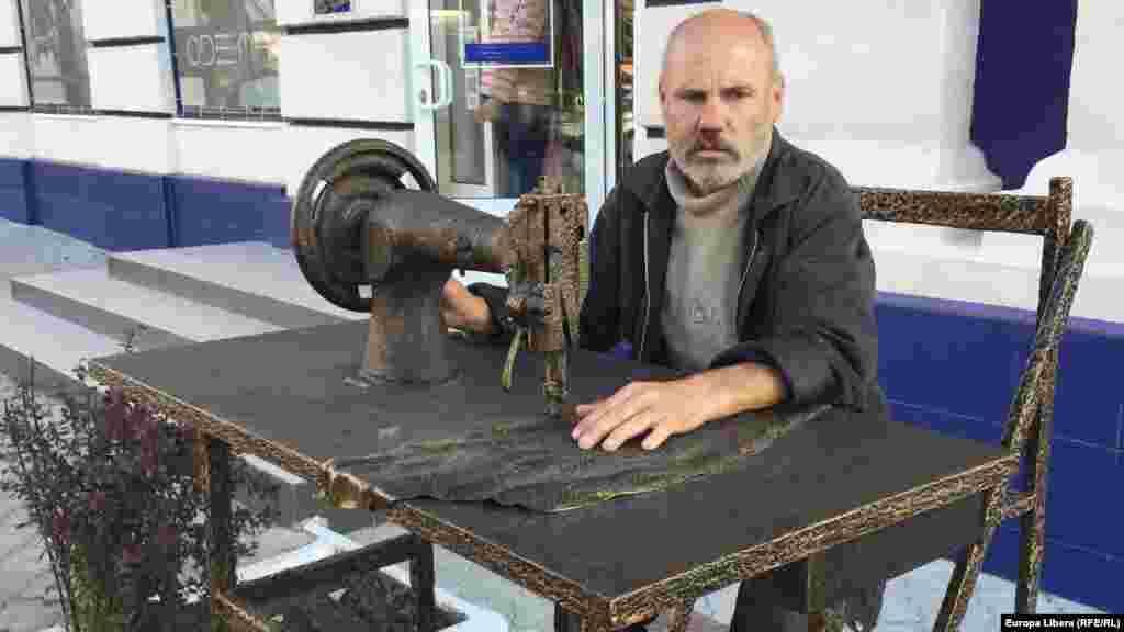 Житель Тирасполя и памятник швейной машинке