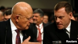 Директор национальной разведки США Джеймс Клэппер (слева) и директор агентства национальной безопасности США адмирал Майкл Роджерс.