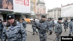 """Милиция устанавливает ограждения у станции """"Лубянка"""""""
