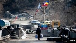 Мужчина идёт через блокпост боевиков групировки «ЛНР». Луганская область, март 2015 года