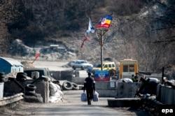Блокпост недалеко від Станиці Луганської. Березень 2015 року