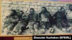 Саяси қуғын-сүргін құрбандары музейіндегі тарихи сурет. Долинка кенті, Қарағанды облысы.