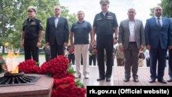 Сергей Аксенов во время торжественного возложения цветов к Мемориалу героической обороны Севастополя 1941 – 1942 годов, 20 августа 2020 года