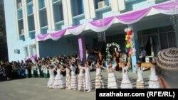 Түркімен мектебі. Ашғабат, 2011 жыл. (Көрнекі сурет)