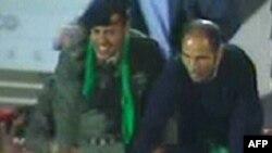 خمیس قذافی (چپ)، پسر جوان معمر قذافی در طرابلس. ۲۹ مارس ۲۰۱۱.