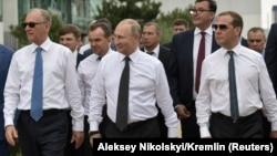 (от ляво надясно) Секретарят на Съвета по сигурността Николай Патрушев, президентът Владимир Путин и премиерът Дмитрий Медведев на посещение в Краснодар по-рано тази година