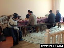 Рідні та близькі активіста Решата Аметова під час молебню у нього вдома