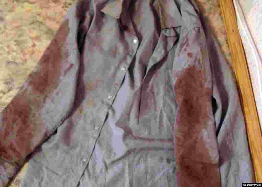 Окровавленная рубашка Кенжебаева Базарбая, погибшего после пыток.