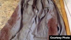 """Рубашка, в которой Базарбай Кенжебаев, по словам его родственников, вернулся из полиции. Жанаозен, 19 декабря 2011 года. Фото Елены Костюченко, """"Новая газета""""."""